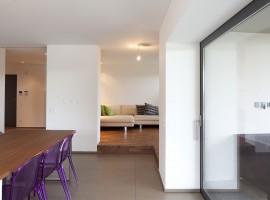 Grès porcellanato naturale rettificato (cucina) Noce americano oliato (soggiorno) Abitazione privata