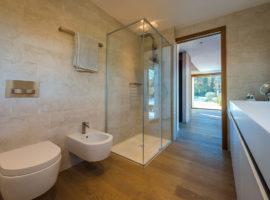 Cristalli box doccia  Rubinetteria  Piatto doccia con lastra a massello in marmo Botticino semiclassico sabbiato Abitazione privata