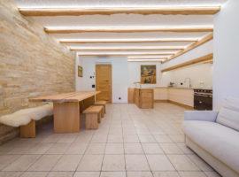 Marmo Botticino semiclassico burattato  Murales Quarzite Dorada Piano cucina in marmo Botticino semiclassico spazzolato  Abitazione privata